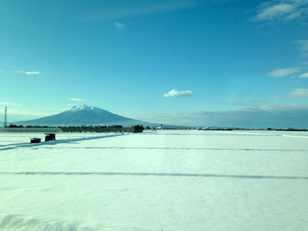 リゾートしらかみ(冬の景色・岩木山)